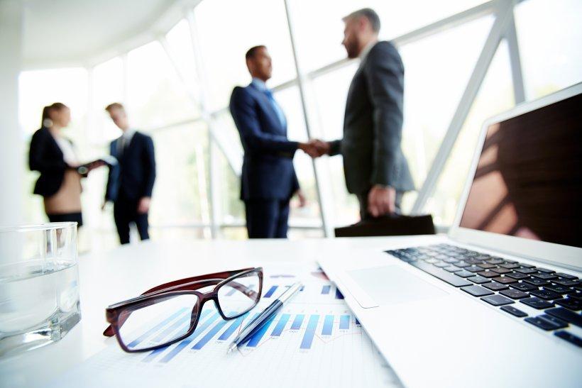 Handshake von zwei Business Partnern.